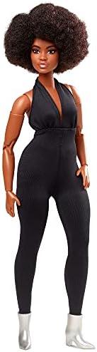 Barbie 经典芭比娃娃(棕卷发),充满活力的时尚娃娃,穿着黑色连体衣,送给收藏家的礼物