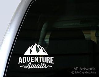 Adventure Awaits in The Mountaintains - 户外娱乐,探险家语,荒野探险家 - 汽车贴花,保险杠贴纸(5 英寸宽,白色)