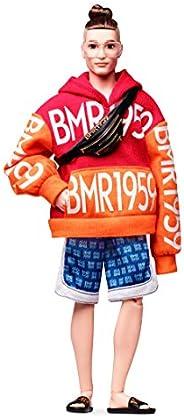 Barbie 芭比 GHT93 BMR1959 Ken可摆姿势的时尚娃娃,圆发髻,穿着粗体徽标连帽衫和篮球短裤,配有附件,站立娃娃