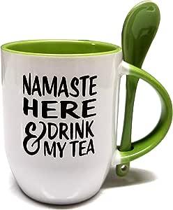 Namaste Here & Drink My Tea 12 盎司(约 340.2 克)陶瓷马克杯带勺 - * 2 色 A 级优质陶瓷 - 泡沫包装 - 完美的礼物