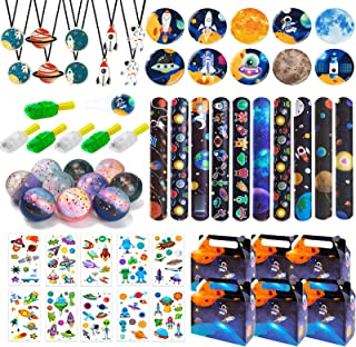 DMIGHT Outer Space 生日派对用品,带 70 件派对礼品,包括 10 个礼品盒、10 条项链、10 个纽扣针、10 个弹力球、10 个拍打手镯、10 个手指灯和 10 张儿童纹身贴纸,是主题派对的*佳礼品盒。